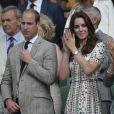 Kate Middleton était très en beauté dans sa robe au motif pierres précieuses original, une pièce Alexander McQueen à près de 2700 euros.