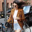 Kendall Jenner, chevelure et franges au vent.
