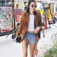 Kendall Jenner adopte les lunettes rondes de Ray Ban.