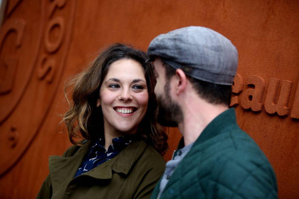 Alysson Paradis en compagnie de son compagnon, l'acteur Guillaume Gouix, auprès duquel elle profite de sa maternité.
