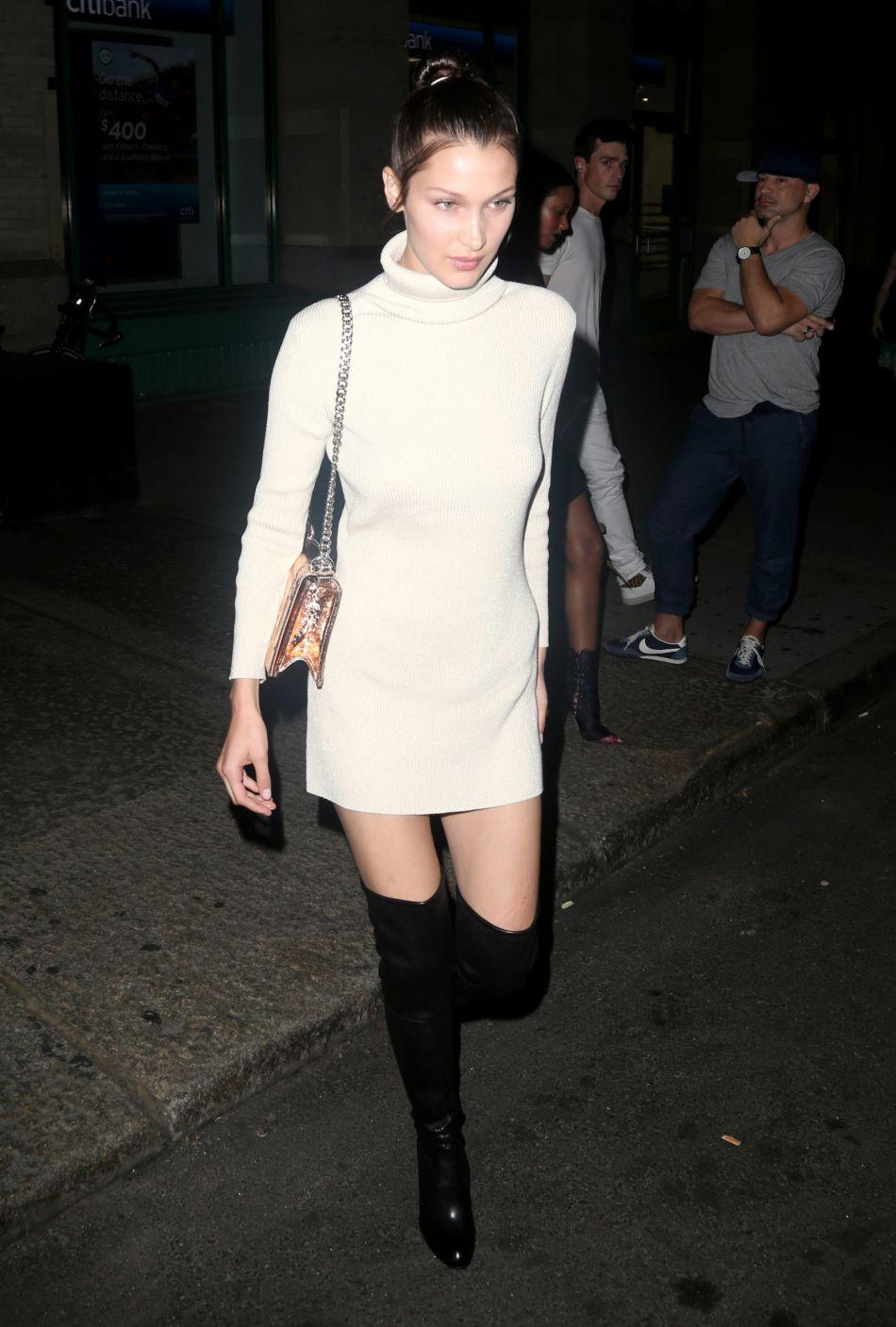 La belle a posté sur Instagram une photo d'elle dans une robe Givenchy pour le magazine  Harper's Bazaar .