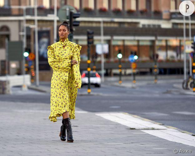 Dans cette robe jaune fleurie, Rihanna est sublime.