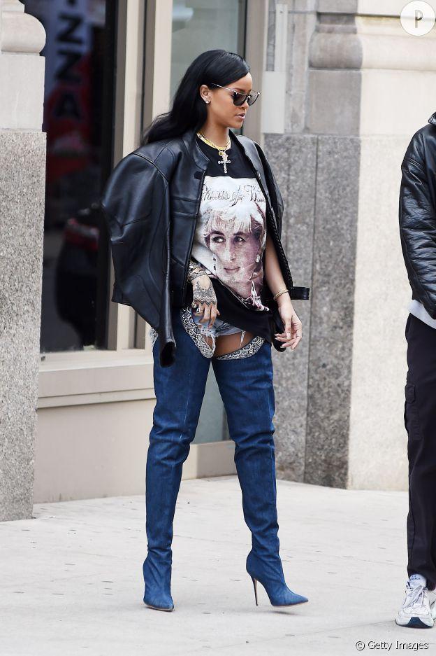 Rihanna porte les cuissardes qu'elle a créé avec Manolo Blahnik.