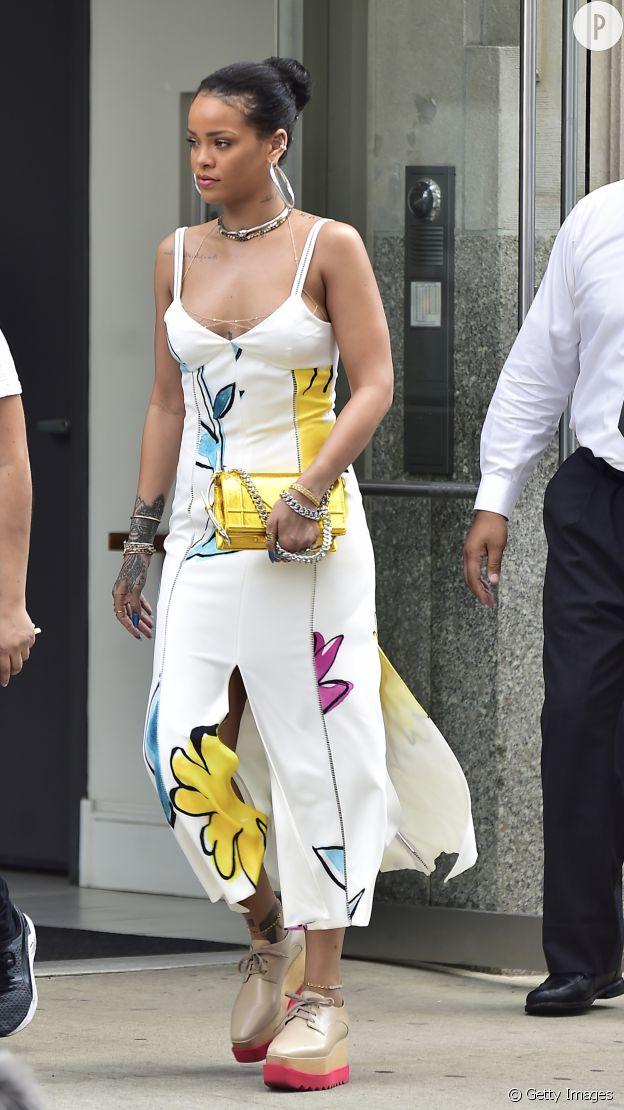 Rihanna livre sa version de la petite robe d'été.
