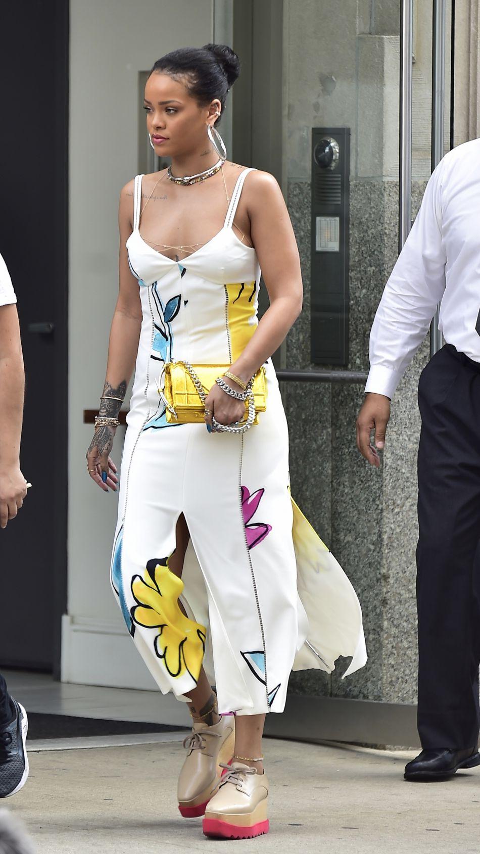 Rihanna Livre Sa Version De La Petite Robe D Ete Puretrend