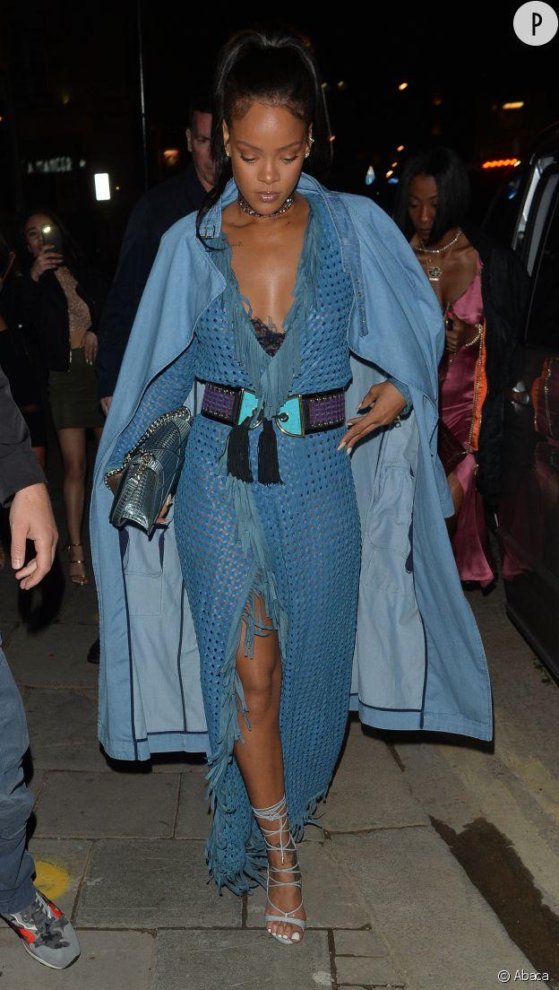 Le total look denim est une évidence sur le dos de Rihanna.