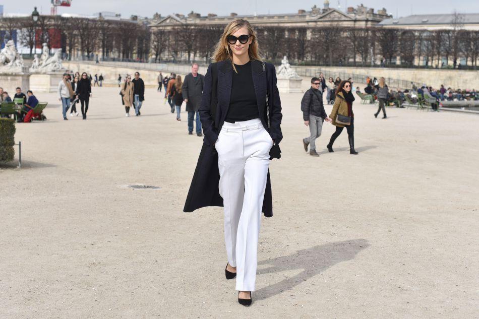 Karlie Kloss dans un look black and white très élégant.