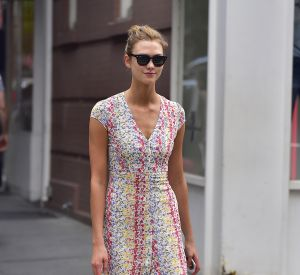 La petite robe d'été se porte avec des sneakers monochromes selon Karlie Kloss.