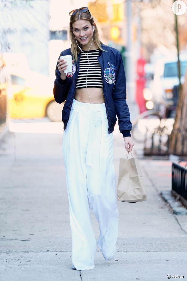Le pantalon oversize est la valeur ajoutée de ce look d'été.