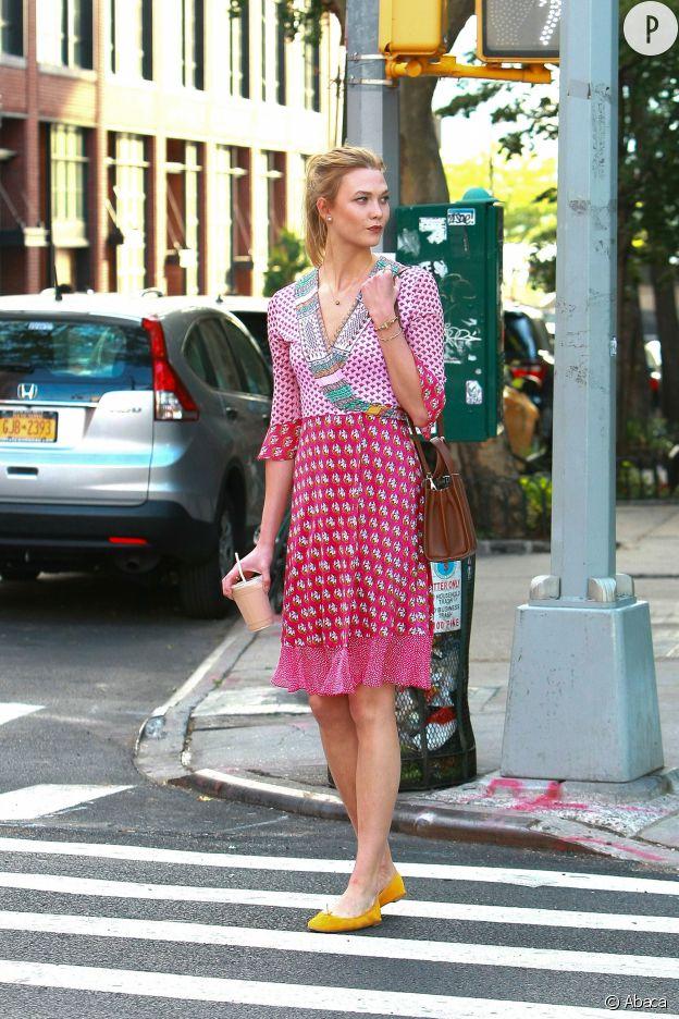 Karlie Kloss, girly à souhait dans sa petite robe d'été.