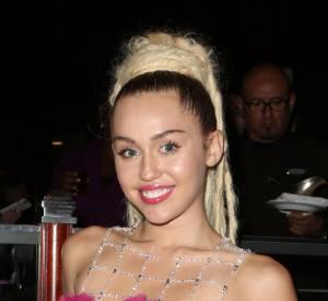 """Miley Cyrus prend la pose pour le tatoueur, il légende la photo d'un """"Miley Cyrus ne rigole pas quand il s'agit de Vegemite""""."""
