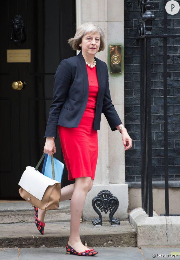 Theresa May porte aisément la ballerine aux imprimés petites bouches.
