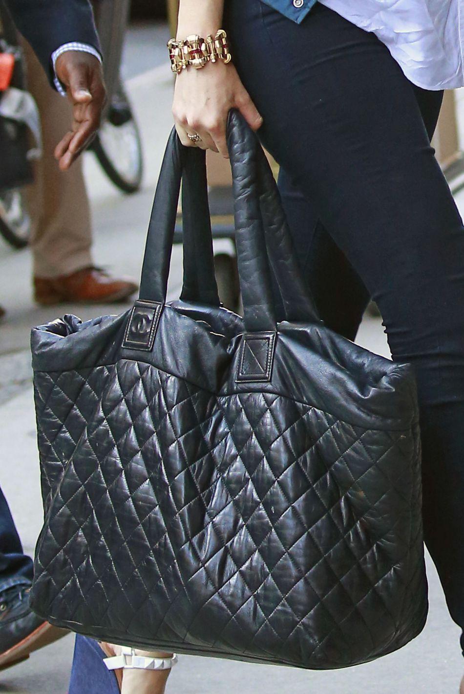Elle a accessoirisé son look d'un caba signé Chanel, marque de prédilection pour la jeune femme.