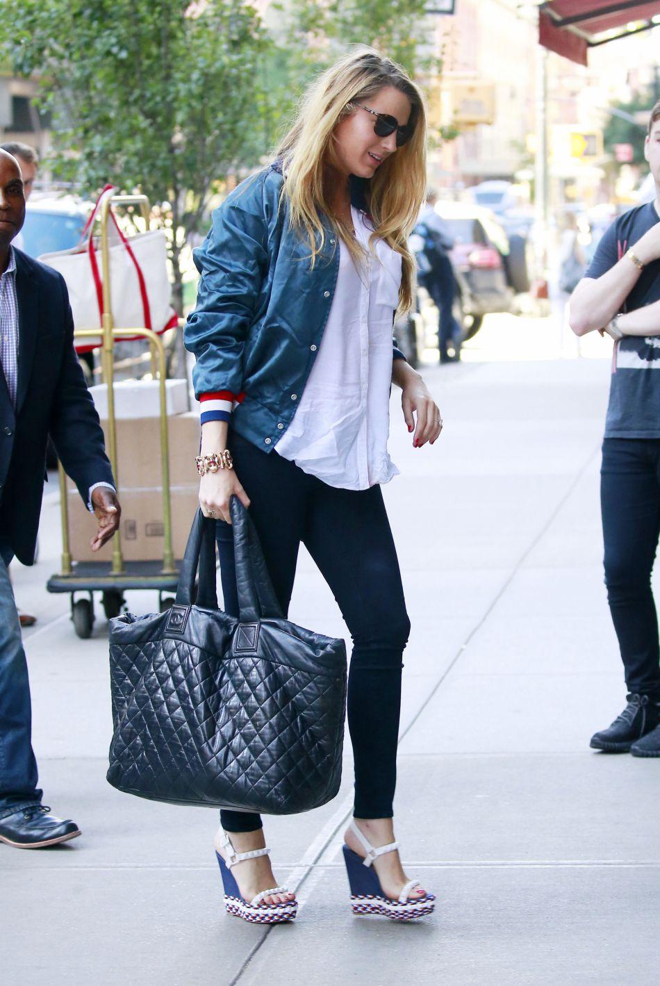 Blake Lively était de retour dans les rues de New York après un 14 juillet passé aux côtés de sa copine Taylor Swift dans le Rhode Island.