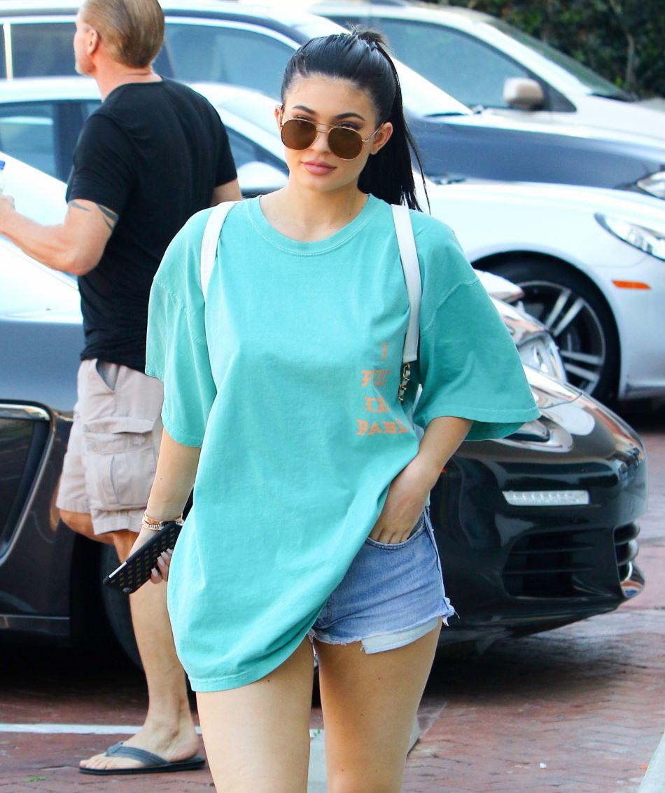 Kylie Jenner porte continuellement des pièces extrêment moulantes.