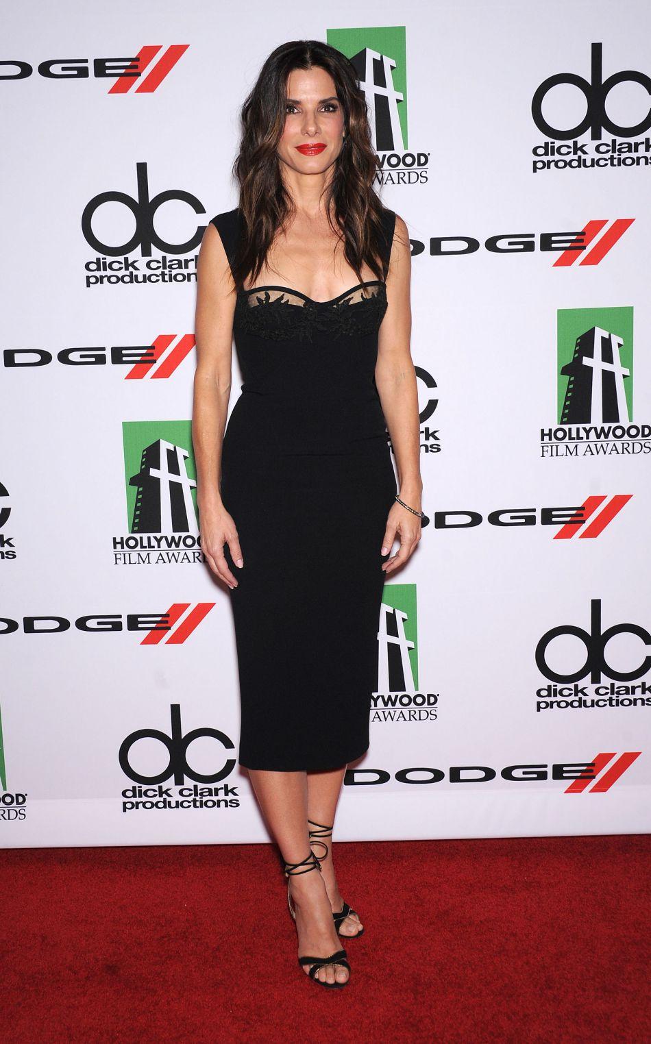 Octobre 2013 : lors de la 17e édition des Hollywood Film Awards, elle dévoile son décolleté dans un robe noire signée Dsquared2.