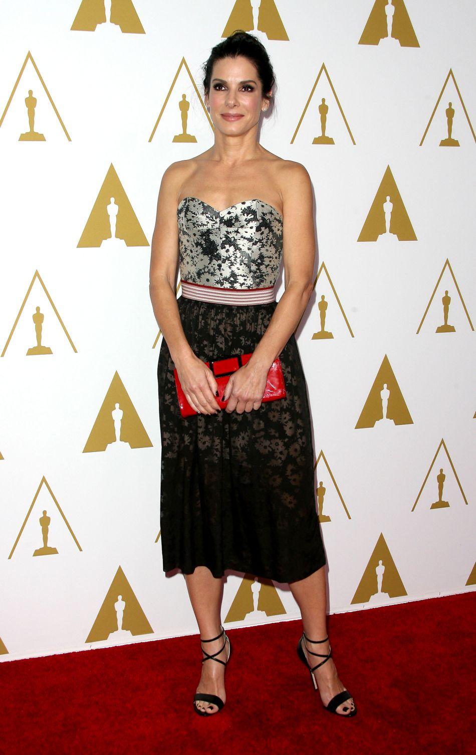 Février 2014 : Lors du déjeuner des nommés aux Oscars 2014, Sandra Bullock opte pour une robe Stella McCartney.