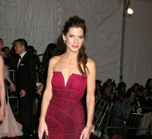Mai 2007 : pour le MET Gala, Sandra s'associe à la maison Alberta Ferretti et fait sensation sur le tapis rouge dans un buister grenat.
