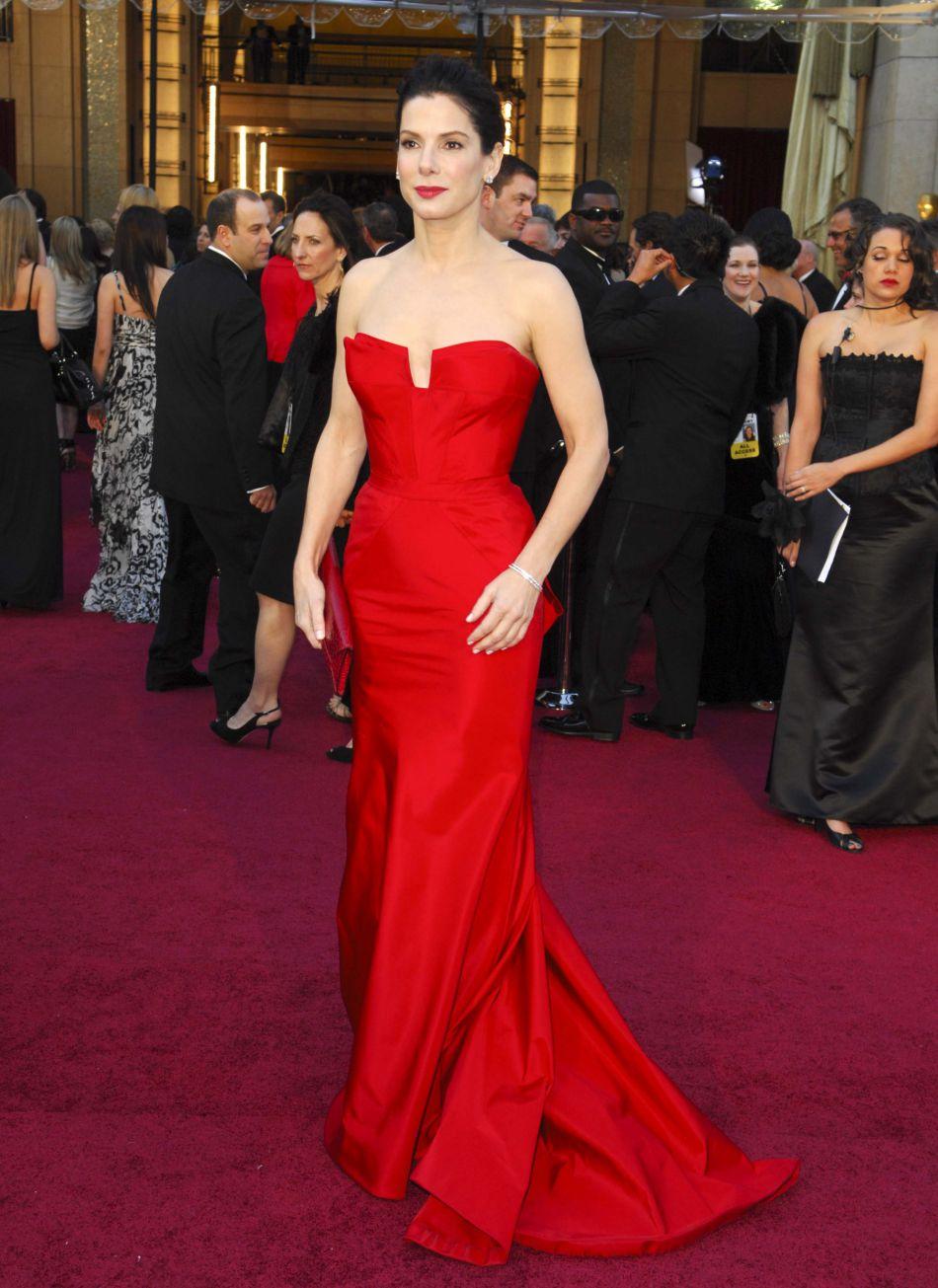 Février 2011 : Sandra Bullock se rend à la cérémonie des Oscars dans une robe rouge Vera Wang. On s'en souvient encore !