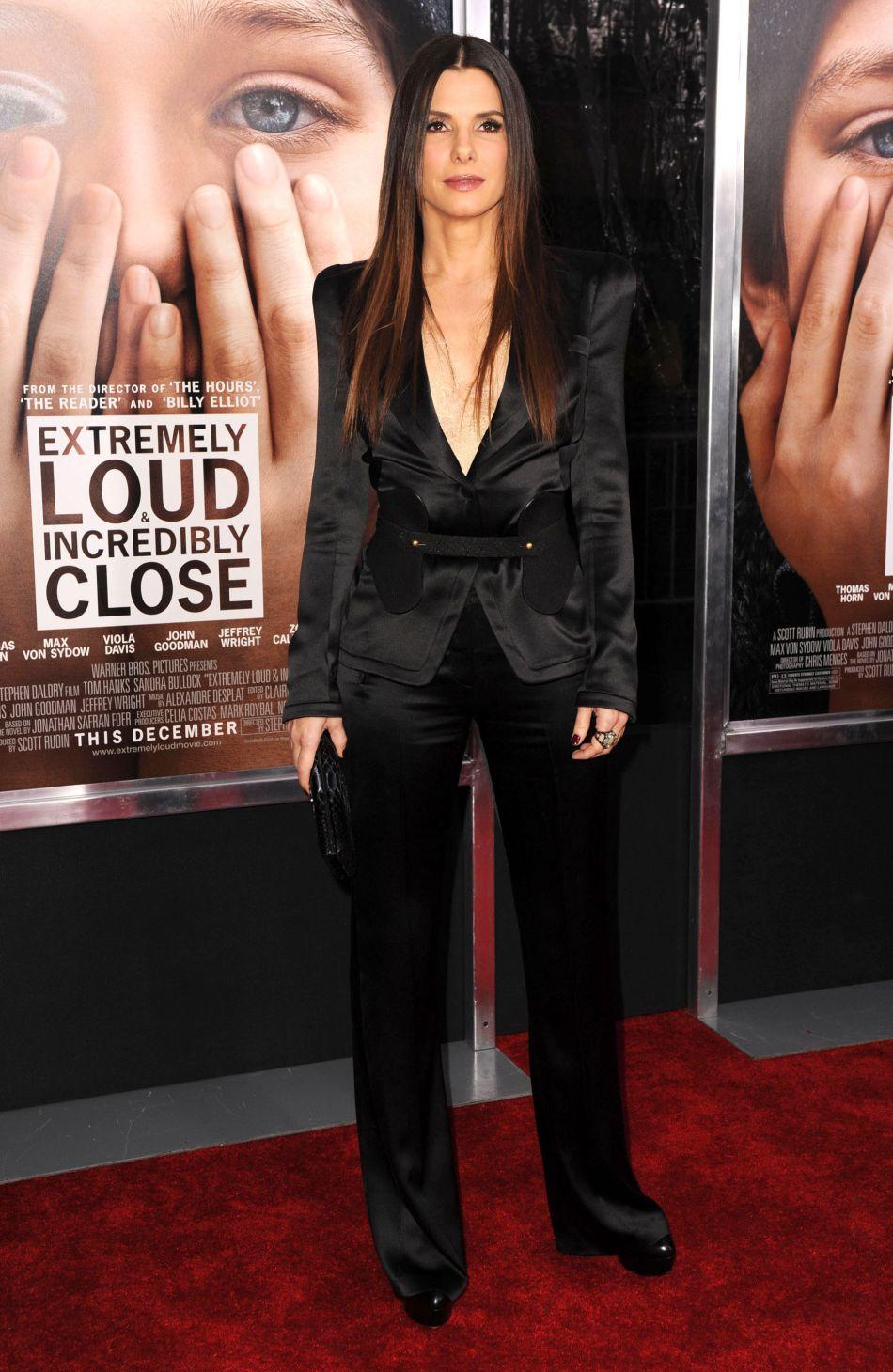 Décembre 2011 : elle abandonne les robes pour un tailleur sexy noir signé Alexander McQueen.