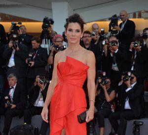 """Août 2013 : pour la présentation de son film """"Gravity"""" au festival du film de Venise, Sandra Bullock adopte cette fois-ci une créationJ. Mendel. Le fendu est renversant !"""