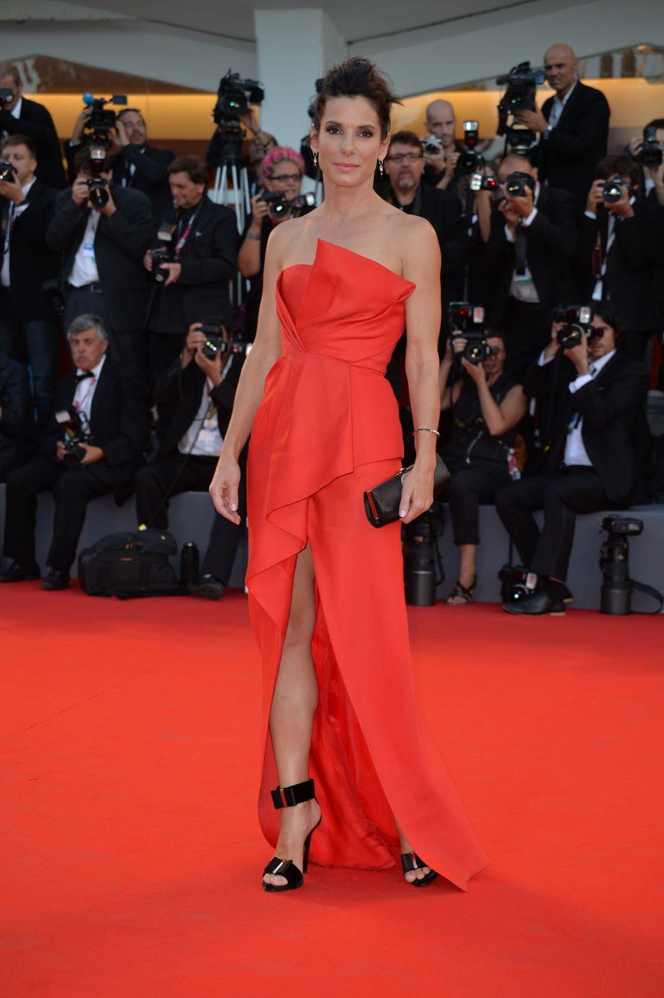 """Août 2013 : pour la présentation de son film """"Gravity"""" au festival du film de Venise, Sandra Bullock adopte cette fois-ci une création J. Mendel. Le fendu est renversant !"""