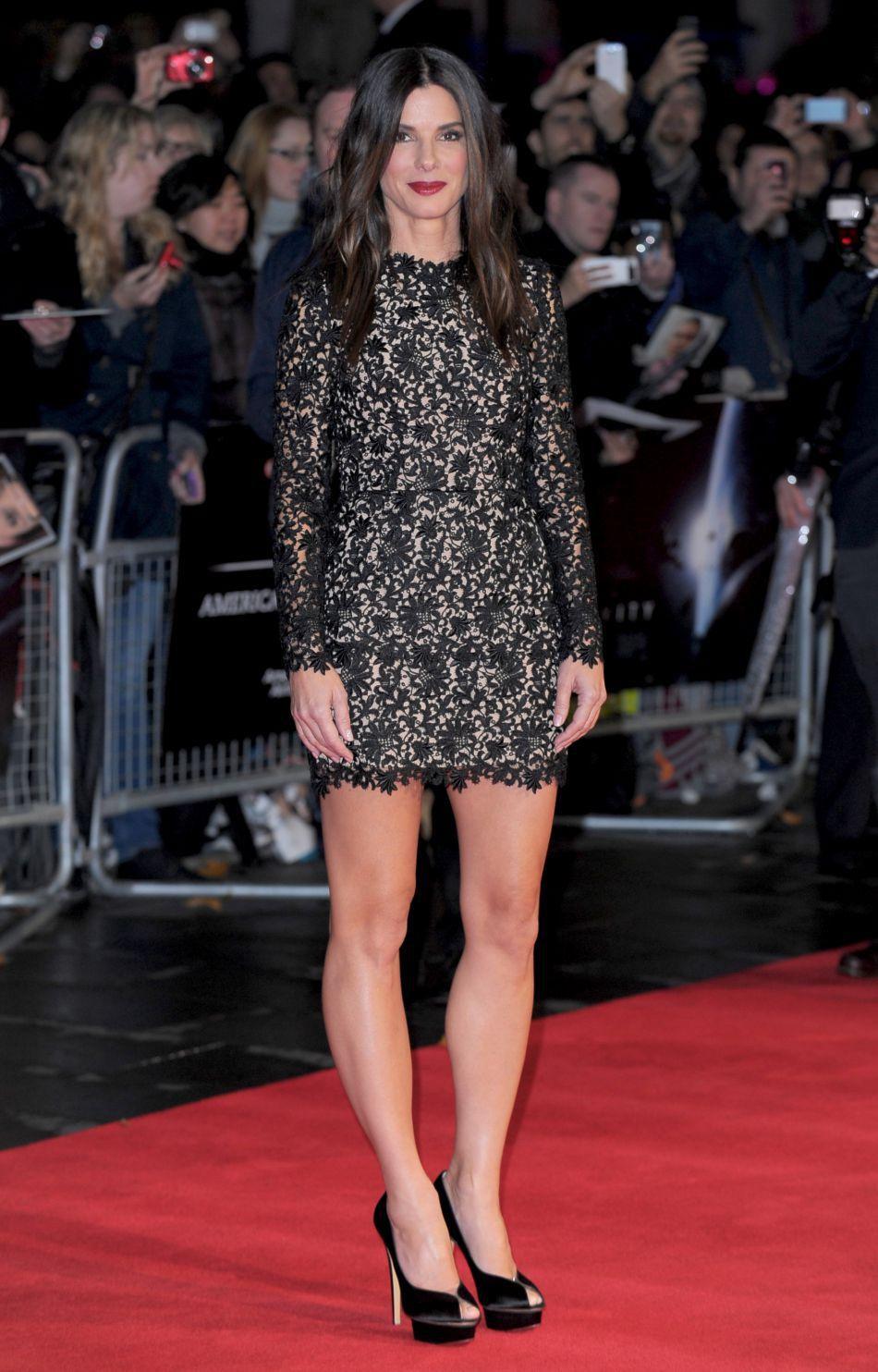 """Octobre 2013 : à l'occasion de l'avant-première londonnienne de """"Gravity"""", Sandra Bullock est resplendissante sur le tapis rouge en Stella McCartney."""