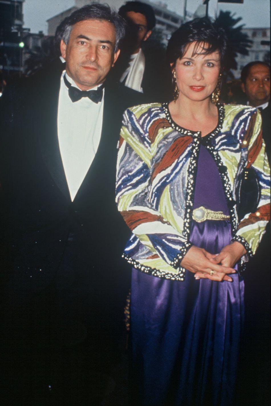 Anne Sinclair et Dominique Strauss-Kahn se sont rencontrés en 1988. Entre le ministre et la journaliste, la relation semble indestructible... jusqu'au scandale du Sofitel, en 2011. Un an plus tard, le couple se sépare.