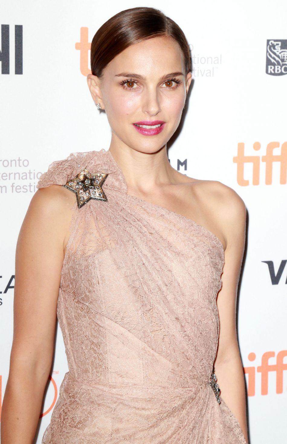 L'actrice pose en petite culotte pour la revue.