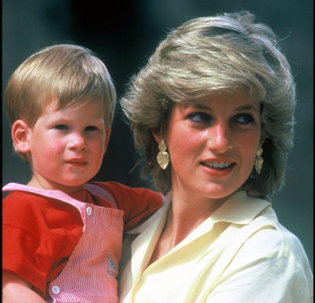 Lady Diana à Majorque, avec le prince Harry, en 1987.