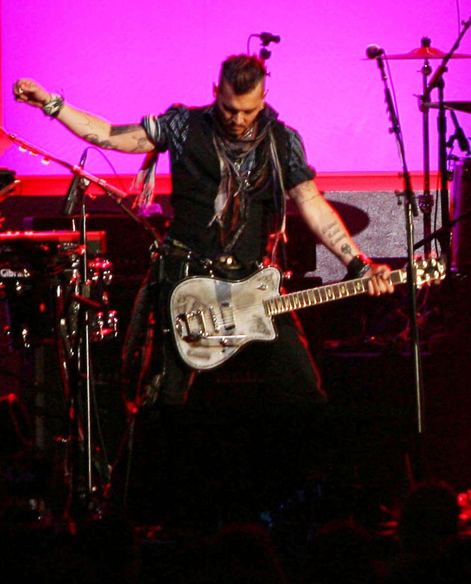 Avec son groupe, ils ont vendu leurs guitares aux enchères pour récolter de l'argent pour la fondation Starkey Hearing.