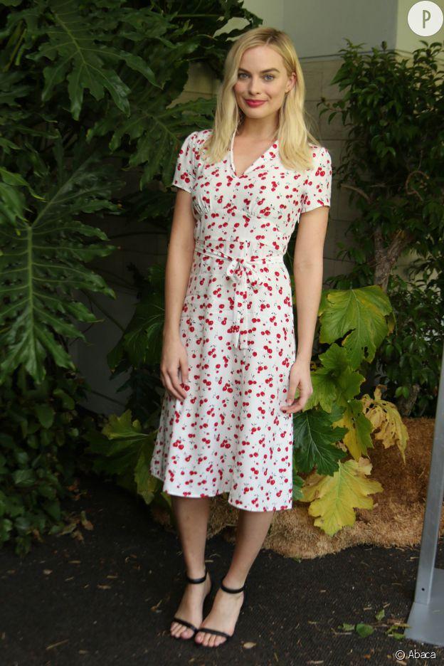 L'actrice Margot Robbie porte une robe portefeuille imprimée.