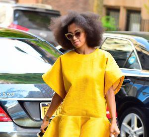 La soeur de Beyoncé opte pour une robe jaune patineuse sur le bas très pop.