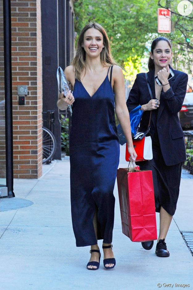 Jessica Alba porte une robe nuisette satinée.