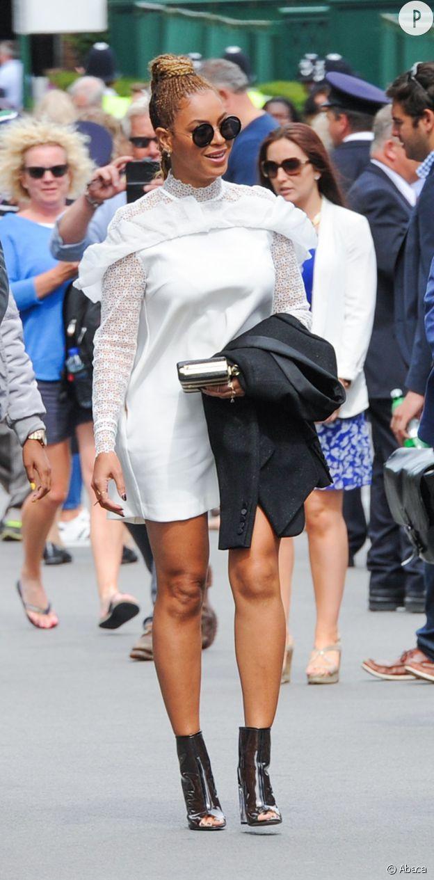 La chanteuse Beyoncé opte pour une robe blanche en dentelle.