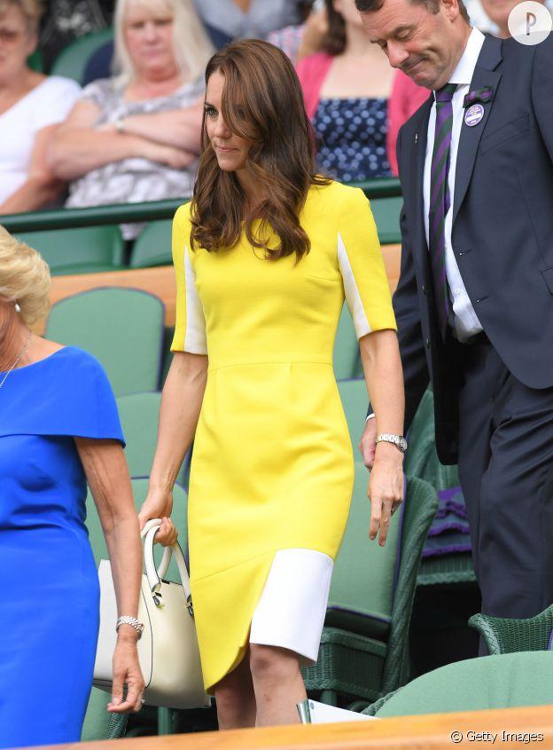Kate Middleton porte une robe jaune cintrée.