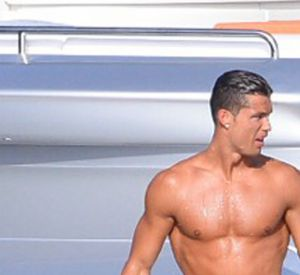 Cristiano Ronaldo s'éclate sur un yatch.