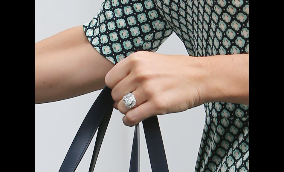 Pippa a un diamant incroyable au doigt, une bague d'inspiration Art Déco, plus grosse que la bague de fiançaille de Kate, la duchesse de Cambridge.