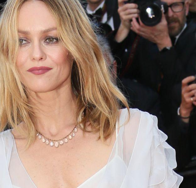 Vanessa Paradis, les cheveux au naturel sur les marches de Cannes.