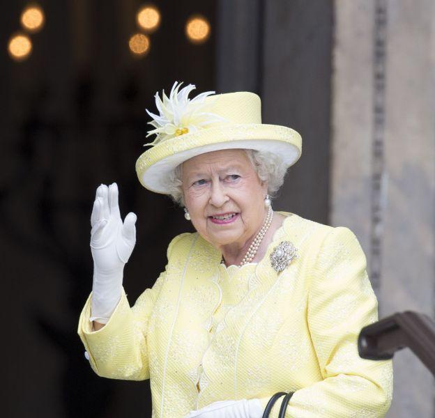 Elizabeth II continue de fêter ses 90 ans et s'offre une exposition sur sa garde-robe !