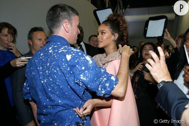 Raf Simons et Rihanna dans les bras l'un de l'autre après un show Dior.