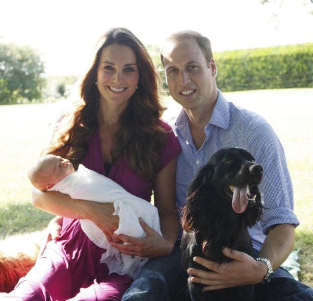 Les premières photos officielles du prince George avec Kate Middleton et le prince William : la jeune maman portait une robe Séraphine qui a fait un tabac sur Internet.