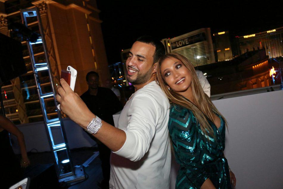 Pour sa deuxième soirée, Jennifer Lopez s'offre une apparition dans une tenue des plus audacieuses.