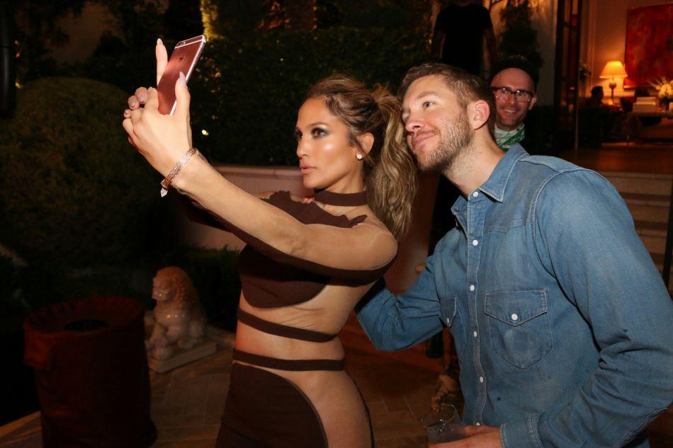 Jennifer Lopez porte une combinaison marron et transparente à certains endroits pour sa première soirée d'anniversaire.