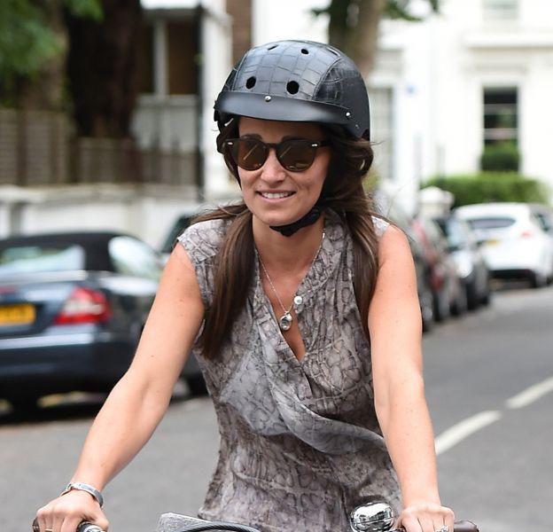 Pippa Middleton, fraîchement fiancée, ne se lasse pas de montrer sa précieuse bague.