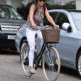 Pippa Middleton, glamour en jean moulant blanc sur sa jolie bicyclette.