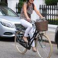 Pippa Middleton pédale dans les rues de Londres. Une jeune fiancée radieuse.