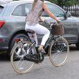 Pippa Middleton fait un mauvais choix de chaussures en adoptant des slippers du même motif que sa blouse.