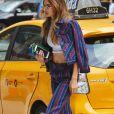 Niveau accessoire, elle choisit un sac Marc Jacobs qu'elle porte en pochette.