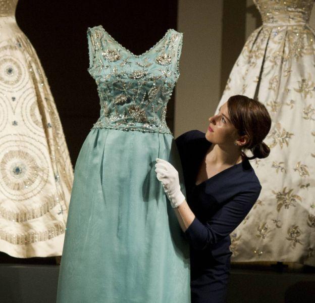 Aperçu des robes de soirée de la reine Elizabeth II, disponible au palais de Buckingham.